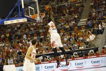 Ibaka salta para 'machacar' el aro en el Palacio de Deportes de Granada en el encuentro ante Turquía