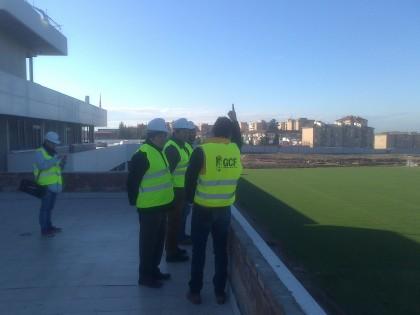 Ángel González ofrece explicaciones sobre la instalación desde la terraza de la primera planta con los campos de juego a la derecha