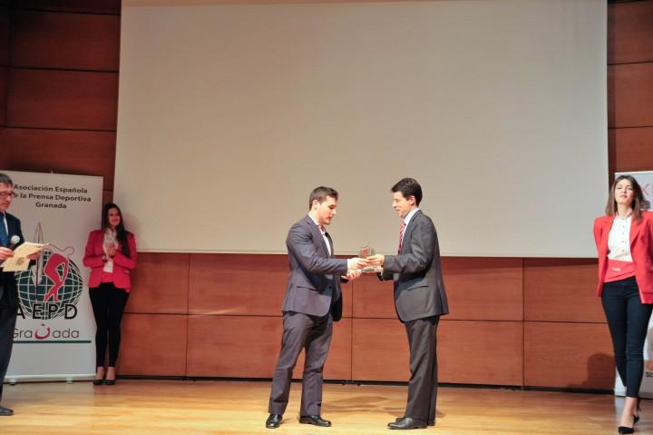 Federico Sánchez Aguilera, gerente de Emasagra, entregó el premio a Ambel