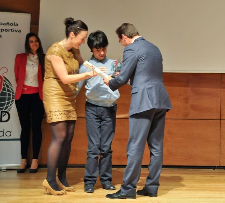 Integrantes de Aspace reciben el premio de manos de Granados