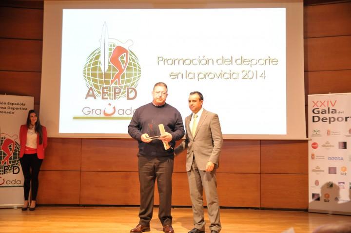 Francisco Rodríguez, diputado de Deportes, entrega el premio a la promoción del deporte