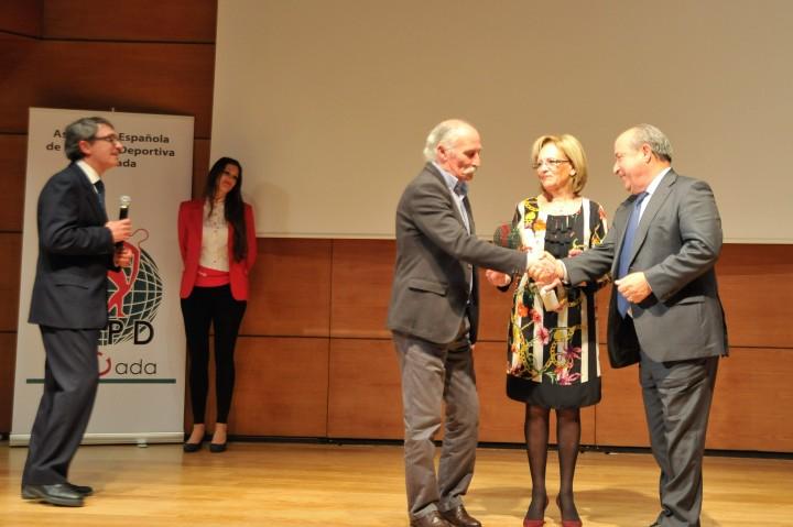El alcalde de Granada saluda al padre de José Callejón
