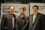 El presidente y el vicepresidente de la AEPD Granada, Antonio Rodríguez y Juan José Fernández, posan con Federico Sánchez, gerente de Emasagra