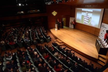 Ovación para Luis Oruezábal 'Chikito' de los asistentes al auditorio de Caja Rural