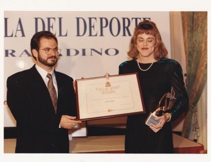 Jesús García, concejal de Deportes, entrega la distinción a Sandra Myers.