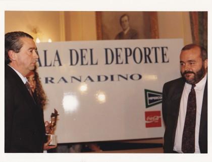 Nono Hidalgo, presidente de los periodistas deportivos granadinos y Javier Gómez Navarro, secretario de Estado para el Deporte
