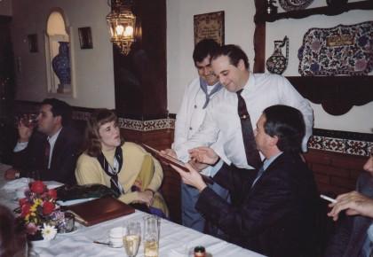 Sandra Mayers es atendida por Luis Oruezábal en la cena realizada en el restaurante Chikito