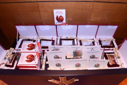 Todo preparado para la entrega de trofeos y placas