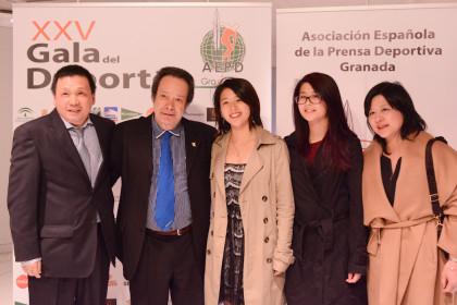 Antonio Barragán junto a He Zhi Wen y su familia