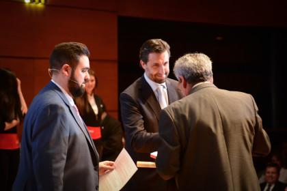 Carlos Hernándeez (El Corte Inglés) entrega el trofeo al presidente del Esgrima Maracena