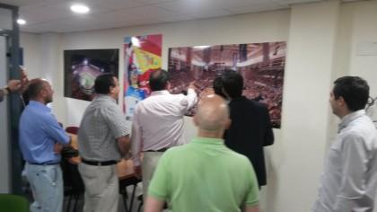 Antonio Rodríguez y Pablo Quílez, con la atenta mirada de Gerardo Morales y Fran Latorre, señalan el marcador, el CB Granada perdía