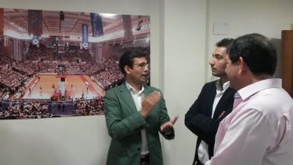 Paco Cuenca dialoga con Antonio Rodríguez y Eduardo Castillo en la sede la de la AEPD Granada