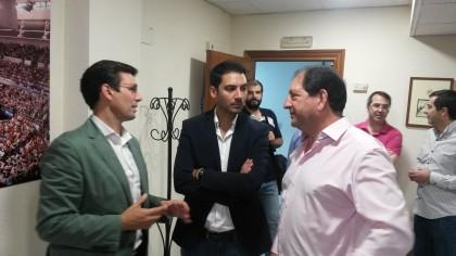 Antonio Rodríguez explica a Paco Cuenca y Eduardo Castillo los motivos para contar una sede para la AEPD