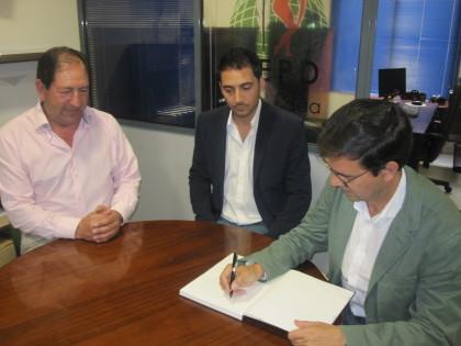 El alcalde de Granada firma en el Libro de Honor de la AEPD Granada