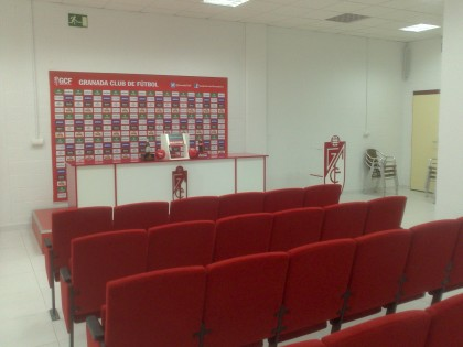 Sala de prensa del estadio Los Cármenes.