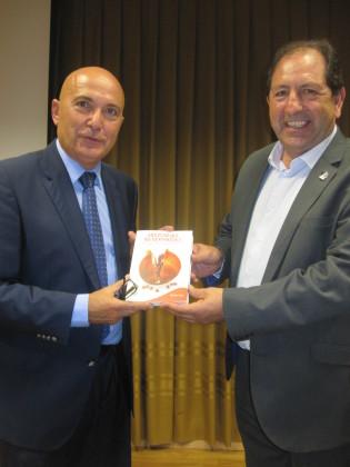 Antonio Rodríguez le entrega el libro de anécdotas de los periodistas granadinos