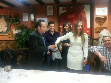 Noelia Gómez saca el nombre de un ganador
