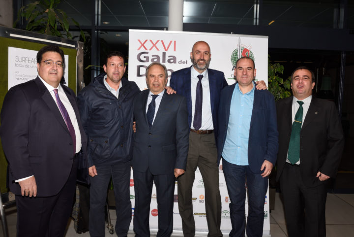 El vicepresidente y el tesorero de los periodistas granadinos acompañan a Paco Mena, José Luis López Cantal, Miguel Rivera y Rafael de la Fuente
