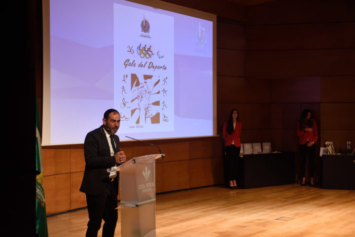 Rufete explica el proceso de elección de las ternas y los premiados. De fondo el pergamino que recibieron los ganadores obra de Juan Zívico