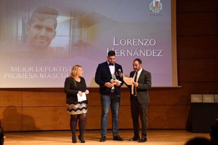 La diputada de Deportes, Purificación López, entregó el trofeo de Mejor Deportista Promesa a Lorenzo Hernández