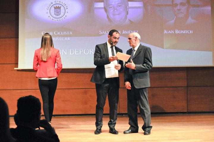 El decano de la Facultad del Deporte, Aurelio Sánchez, fue el encargado de entregar el premio a la Gestión del Deporte