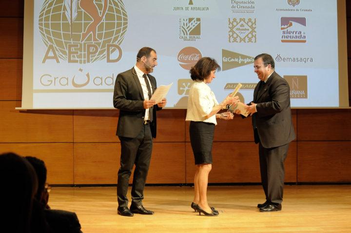 Quílez entrega el trofeo a la madre de Álvaro Molina,