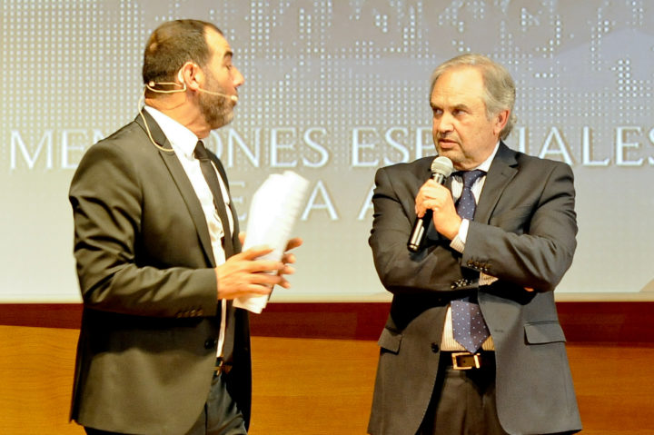 López Cantal contesta a las preguntas del presentador