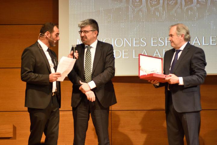 El director de negocio de Caja Rural, José Aurelio Hernández, entregó la mención al Spar CB Granada