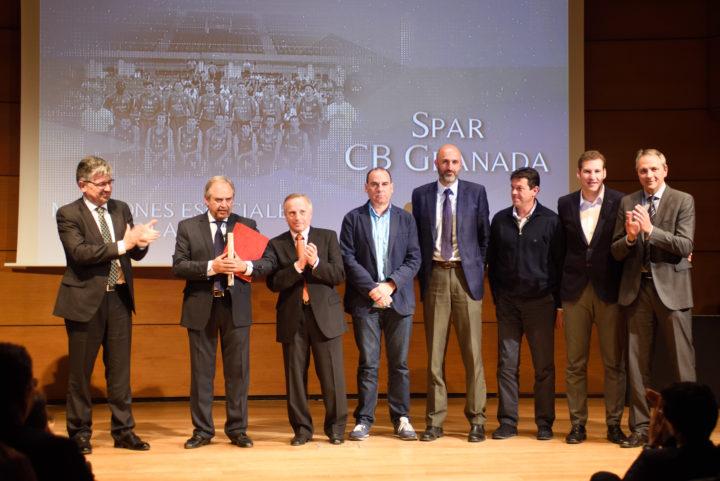 El Spar CB Granada, con su presidente, José Luis López, y su entrenador, Antonio Gómez, al frente