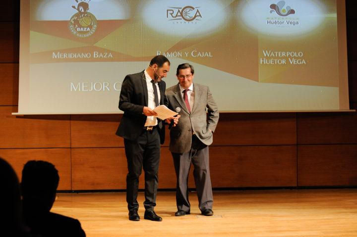 El presidente de la Diputación, José Entrena, entregó el premio al Mejor Club al Waterpolo Huétor Vega