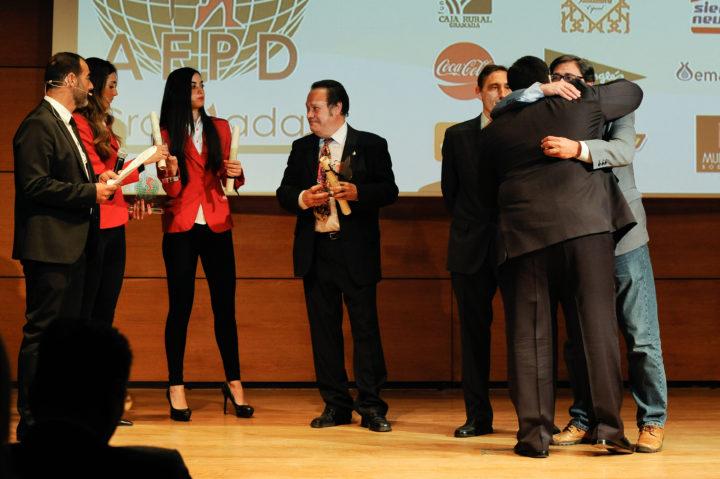 El vicepresidente de la AEPD Granada, Juan José Fernández, impuso las insignias a Barragán, Romero y Landa