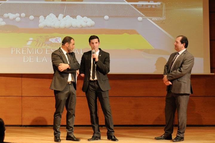 José Manuel Ruiz recibió el Premio Especial de la AEPD de manos del presidente de los periodistas deportivos granadinos, Antonio Rodríguez