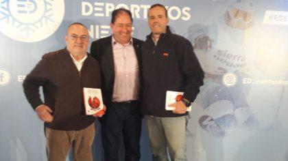 Alfredo Relaño y Paco Grande reciben de Antonio Rodríguez el libro 'Historias reservadas. Anecdotario del periodismo deportivo granadino', editado por la AEPD Granada