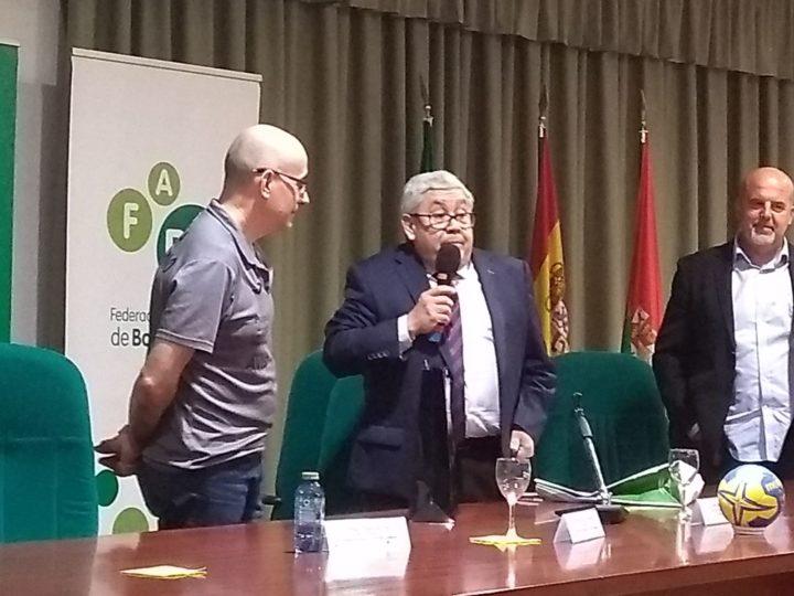 Antonio Rosales, presidente de la Federación Andaluza de Balonmano, se dirige a Ribera
