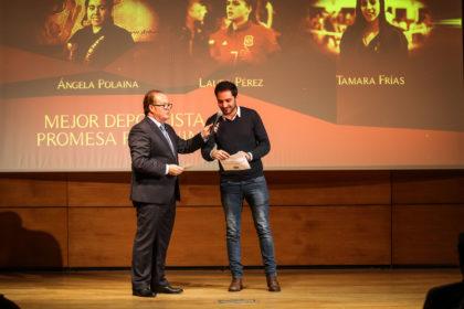 Eduardo Castillo abre el sobre que contiene la ganadora del premio Promesa Femenino