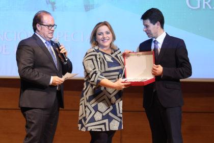 Purificación López recibe una placa conmemorativa de manos de Federico Sánchez