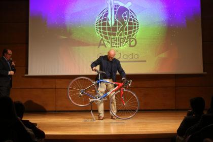 Javier Aguilera introdujo una bicicleta en el escenario