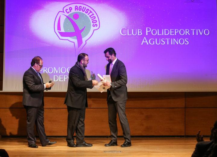 El padre José María Sánchez recogió el premio Promoción del Deporte,que ganó el Club Polideportivo Agustinos