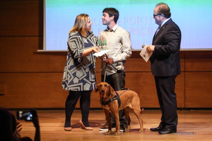 La diputada de Deportes, Purificación López, entrega el trofeo al Mejor Deportista con Discapacidad a Javier Aguilar