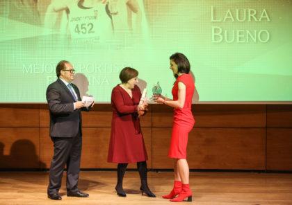 Sandra García entrega el trofeo a Laura Bueno