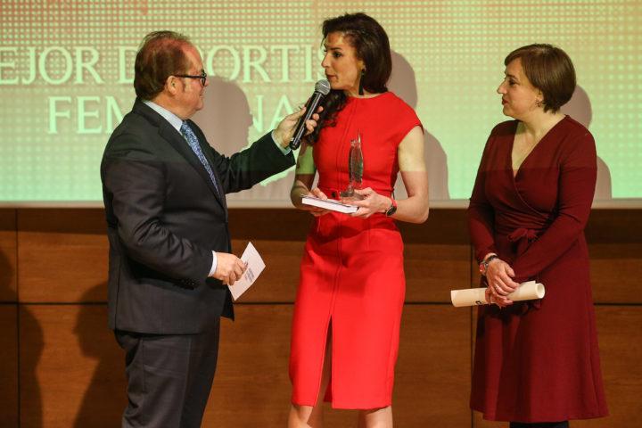 Laura Bueno es entrevistada por el presentador de la Gala tras recibir el premio a la Mejor Deportista femenina