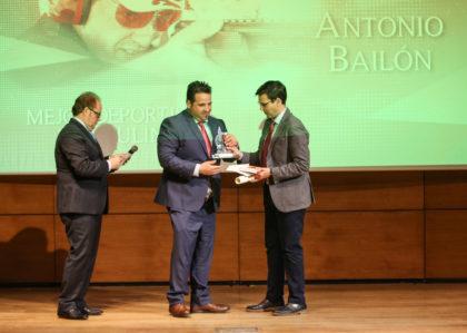 Antonio Bailón recibe su distinción de manos del alcalde de Granada