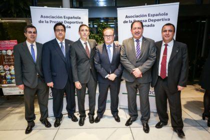 El presentador de la Gala, Paco Anguita, con algunos de los miembros de la junta directiva de la AEPD Granada