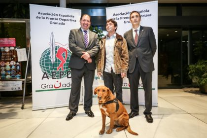 Javier Aguilar y su perro guía junto a Antonio Rodríguez y Víctor Romero