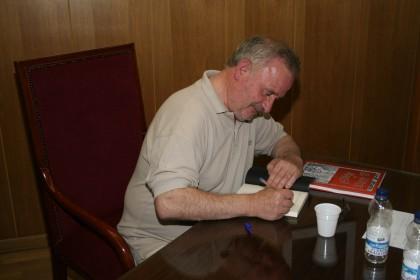 Marsá firmó ejemplares de su libro
