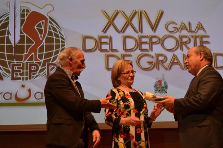 Otro momento de la entrega del trofeo por parte de Torres Hurtado a los padres de José Callejón
