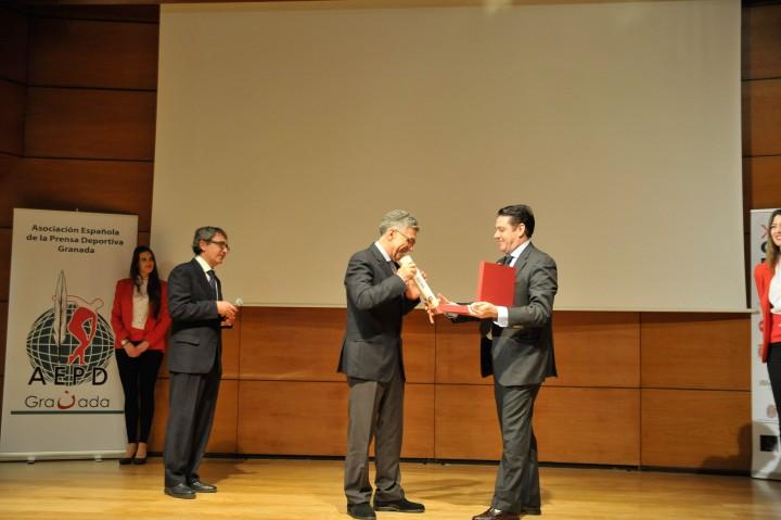 Manuel Orantes recibiendo su homenaje