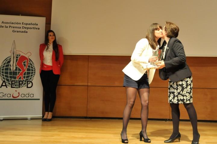 Sandra García da el premio de mejor deportista femenina a Victoria Padial