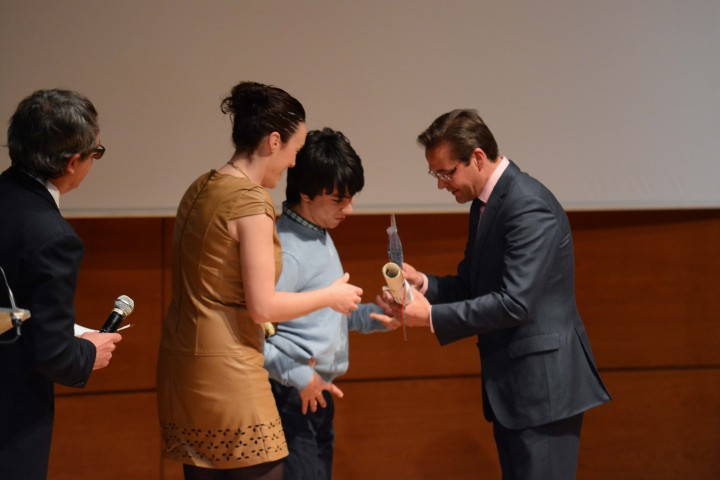 Antonio Granados entrega el trofeo correspondiente a Aspace, premio deporte discapacitado
