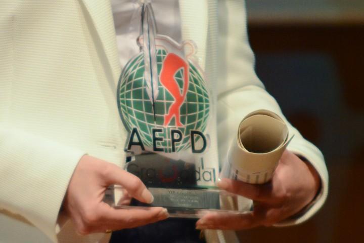El trofeo en primer plano en manos de Padial
